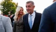 Der tschechische Ministerpräsident Andrej Babiš mit seiner Frau am Samstag in Prag