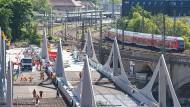 Arbeiter arbeiten an der Fahrbahnplatte der neuen Neckarbrücke.