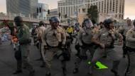 """Landesweite Proteste: Die Polizei in Las Vegas nimmt Demonstranten auf dem """"Strip"""" fest."""