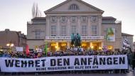 """Die antifaschistische Lektion ist heute auch christdemokratische Parteiräson, und dennoch sagt Jürgen Habermas: """"Angesichts einer ganz neuen Situation muss der Lernprozess weitergehen."""" Am Abend der Wahl von Thomas Kemmerich zum Ministerpräsidenten versammelten sich Protestdemonstranten vor dem Deutschen Nationaltheater in Weimar."""