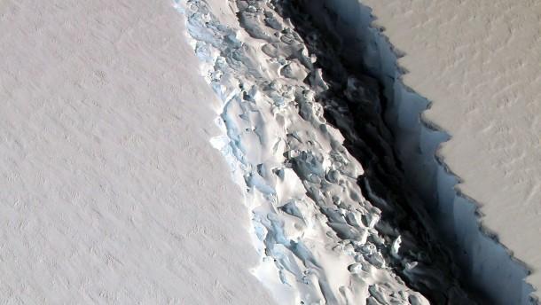 © AFP Eine Luftaufnahme der Nasa, die den Riss in der Antarktis am 1. Dezember zeigt