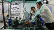 An der TU Chemnitz nehmen zwei Forscher den neuen Brennstoffzellenprüfstand in Betrieb