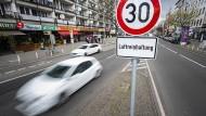 Eine Verkehrsschild weißt auf die Geschwindigkeitsbegrenzung von 30 km/h hin.