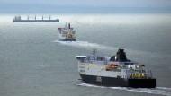 Fähren überqueren bei Dover den Ärmelkanal. Die britische Regierung hat Verträge mit Reedereien abgeschlossen, um mögliche Engpässe am Hafen von Dover abzufedern.