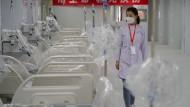 Eine medizinische Mitarbeiterin überprüft Einrichtungen auf der Intensivstation vor der Inbetriebnahme eines behelfsmäßigen Krankenhauses in Xi'an.