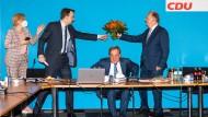 Blumen für den Sieger: Julia Kloeckner, Paul Ziemiak, Armin Laschet und Reiner Haseloff am Montag im CDU-Präsidium