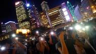 Demonstranten gehen in Hongkong am Donnerstagabend abermals auf die Straße, um gegen die geplanten politischen Reformen zu protestieren.