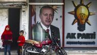 Kinder stehen vor einem Erdogan-Plakat in der Grenzstadt Akcakale.