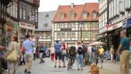 Spiegelbild der Gesellschaft: Menschen in einer Einkaufsstraße in Wernigerode, Sachsen-Anhalt – ein Tag vor der Wahl.