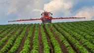 Ein Landwirt in Badem-Württemberg spritzt sein Kartoffelfeld.