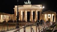 Absperrgitter stehen am Brandenburger Tor als Sicherheitsvorkehrung für die Libyen-Konferenz.