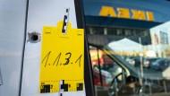 Tatort: Ein geparktes Fahrzeug mit einem von der Spurensicherung gekennzeichneten Einschussloch vor dem Ikea in Frankfurt Ende 2019