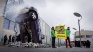 Vor dem Spitzengespräch zu Verkehr und Klimaschutz im März 2019 demonstrierten Aktivisten von Greenpeace für eine schnellere Verkehrswende.