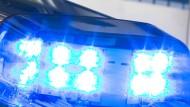 Blaulicht leuchtet auf dem Dach eines Streifenwagens. (Symbolbild)
