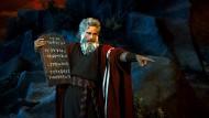 """Wie weit darf man mit der Auslegung der Bibel gehen? Hier spielt Charlton Heston die Rolle des Moses in dem Film """"Die zehn Gebote"""" aus dem Jahr 1956 von Cecil B. DeMille."""