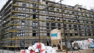 Neubau-Wohnungen entstehen auf einer Baustelle in Berlin-Kreuzberg.