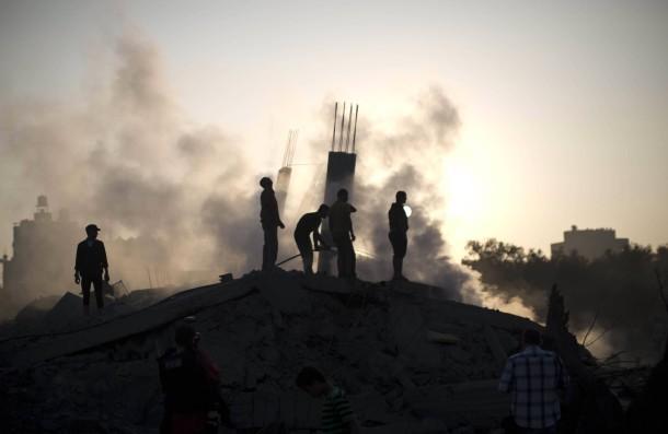 Nachbarn vor dem Krieg: Palästinenser besichtigen die Einschlagstelle einer israelischen Rakete gestern in Gaza-Stadt.