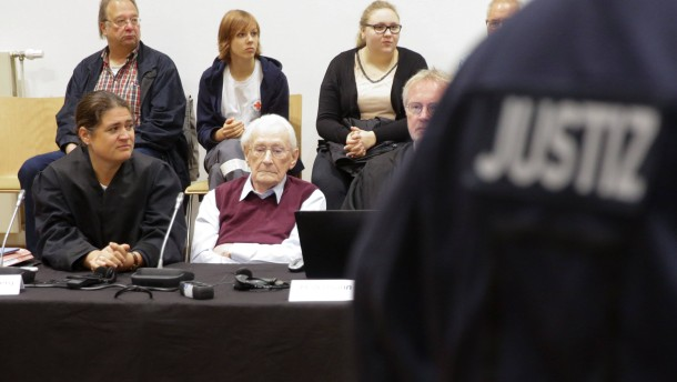 Oskar Gröning mit seiner Anwältin vor der Urteilsverkündigung