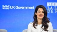 Amal Clooney protestiert mit ihrem Rücktritt gegen die Haltung der britischen Regierung.