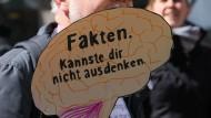 """Ist es sinnvoll, mit """"Fakten"""" für die Wissenschaft zu werben? Plakat vom March for Science 2019 im Rheinland"""