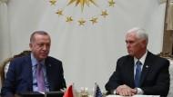 Angespannte Stimmung zwischen dem türkischen Präsidenten Erdogan und dem amerikanischen Vizepräsidenten Mike Pence.