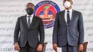 Ariel Henry (r.) übernimmt als amtierender Regierungschef Haitis von Claude Joseph (l.).