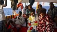 """Migranten am Donnerstag an Bord des spanischen Rettungsschiffs """"Open Arms"""" vor Lampedusa"""