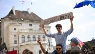 Ein Skandal-Video und die Folgen: Österreichs Regierung ist am Ende, und Hunderte Menschen gingen am Samstag vor dem Bundeskanzleramt auf die Straße.