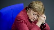 Ist die Übermüdung ihr Geheimnis? Angela Merkel sitzt im Bundestag.