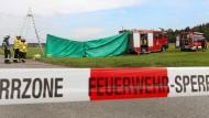 Feuerwehrleute haben auf dem Flugplatz einen Sichtschutz an der Unfallstelle errichtet.