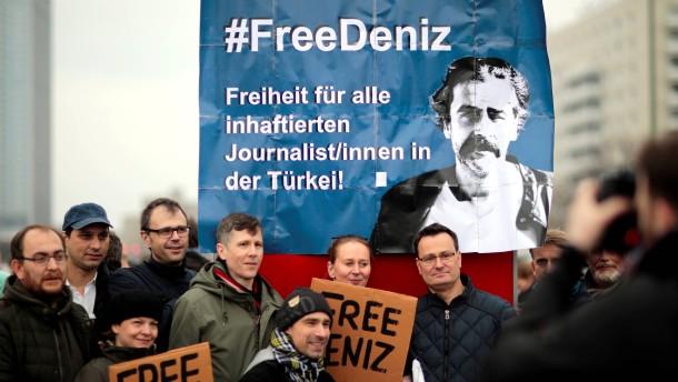 © Reuters Proteste in Berlin gegen die Verhaftung des Journalisten Deniz Yücel durch die türkische Polizei