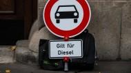 """Ein Verkehrsschild """"Verbot für Kraftfahrzeuge"""" mit dem Zusatz """"Gilt für Diesel"""" wurde vor dem Verwaltungsgericht in Mainz abgestellt."""