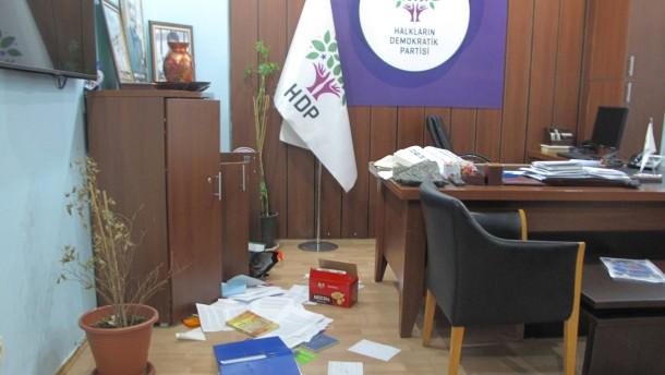 © dpa Nach der Razzia: Das verwüstete Büro der prokurdischen Partei HDP in Istanbul