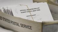 Ein Kasten mit Stimmzetteln von Briefwählern stehen während der Vorwahlen in Amerika für die Auszählung bei der Bezirksverwaltung in Albany bereit.