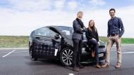 Jona Christians, Navina Pernsteiner und Laurin Hahn (v.l.), die Gründer von Sono Motors, mit einem Prototypen des Sion