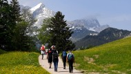 Garmisch-Partenkirchen im Sommer 2019: Wanderer gehen am Eckbauer Richtung Alpspitze im Wettersteingebirge.