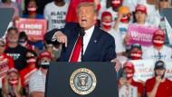 Der angeblich genesene Donald Trump bei seiner Kundgebung auf dem Flughafen von Sanford in Florida.