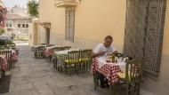 In der Taverne sitzen ist praktisch Volkssport: Mittagspause in Plaka, Athen.