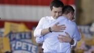 Pete Buttigieg umarmt seinen Mann.