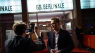 Der AfD-Bundestagsabgeordneter Petr Bystron  zeichnete vor dem Berlinale-Kino einen kurzen Kommentar auf. Für den Film über das Warschauer Ghetto interessiert er sich nicht.