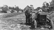 Einen Cadillac und einen Traktor – das leistete sich Knut Hamsun vom Nobelpreisgeld. Hier posiert er neben dem Nutzgefährt.
