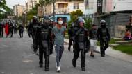 Polizisten in Havanna führen am Montag einen Festgenommenen ab.