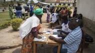 Menschen kommen zum Ebola-Behandlungszentrum in Beni: Obwohl schon mehr als 100.000 Menschen geimpft sind, verbreitet die Seuche sich schnell weiter.