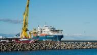 """Das russische Verlegeschiff """"Akademik Tscherski"""" liegt im Hafen Sassnitz-Mukran auf der Insel Rügen."""