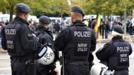 Polizisten sichern eine Kundgebung in Mönchengladbach (Symbolbild).