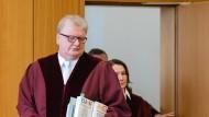 Ulrich Koch (l), Vorsitzender Richter am Bundesarbeitsgericht, kommt zur Verhandlung.