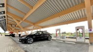 Lade-Luxus: Die vielen Supercharger sind bislang noch den Tesla-Fahrern vorbehalten. Das soll sich laut Konzernchef Musk bald ändern.