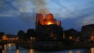 Kaum ist das Feuer in der Pariser Kathedrale Notre-Dame unter Kontrolle spricht der der französische Präsident Macron von Wiederaufbau.