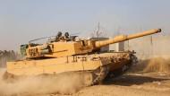 """Aus deutscher Produktion: Türkische Kräfte in einem Panzer vom Typ """"Leopard 2"""" Ende Oktober 2019 an der Grenze zu Syrien"""