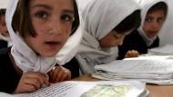 Eine Szene aus Afghanistan, die es in Österreich nicht mehr geben wird: Mädchen tragen in der Schule in der Nähe von Kabul Kopftücher.